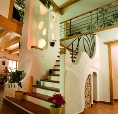 Wohnlandschaften-Stiegenaufgang mit Brunnen und Lichtsäule